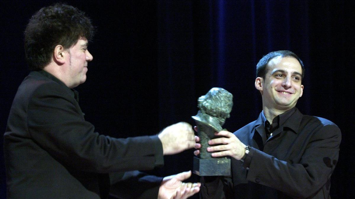 Alejandro Amenábar recibe su primer Goya en manos de Pedro Almodóvar