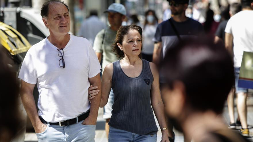 La prudencia marca la primera jornada sin mascarillas en exterior en València