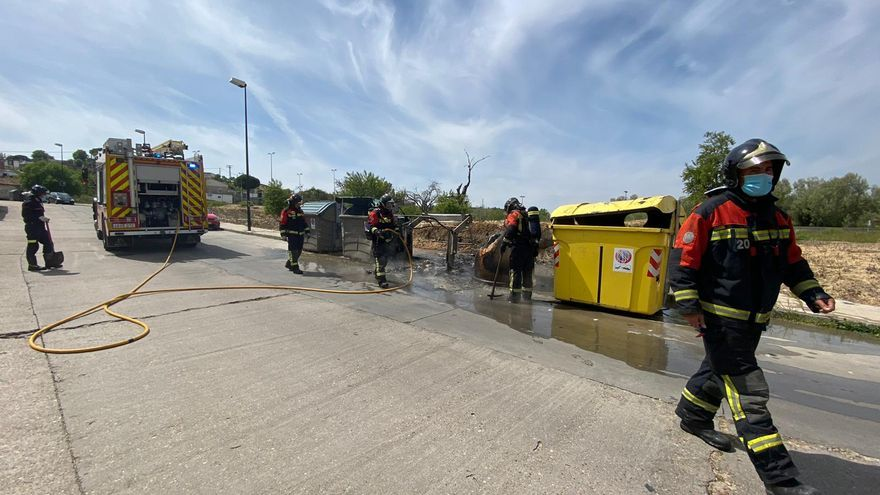 VÍDEO | Los bomberos de Zamora sofocan el fuego en tres contenedores