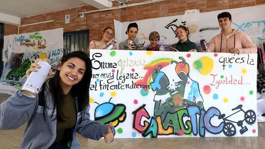 El IES Trasierra entrega los premios de la octava edición del concurso de grafitis por la igualdad.