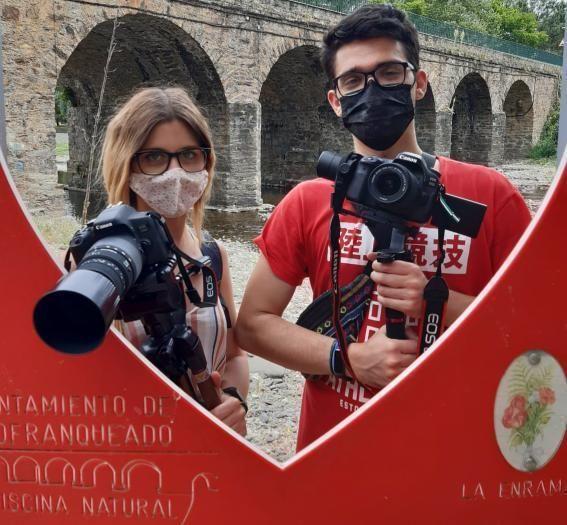 Mari y Gonzalo con un cartel de 'La Enramá' de Pinofranqueado