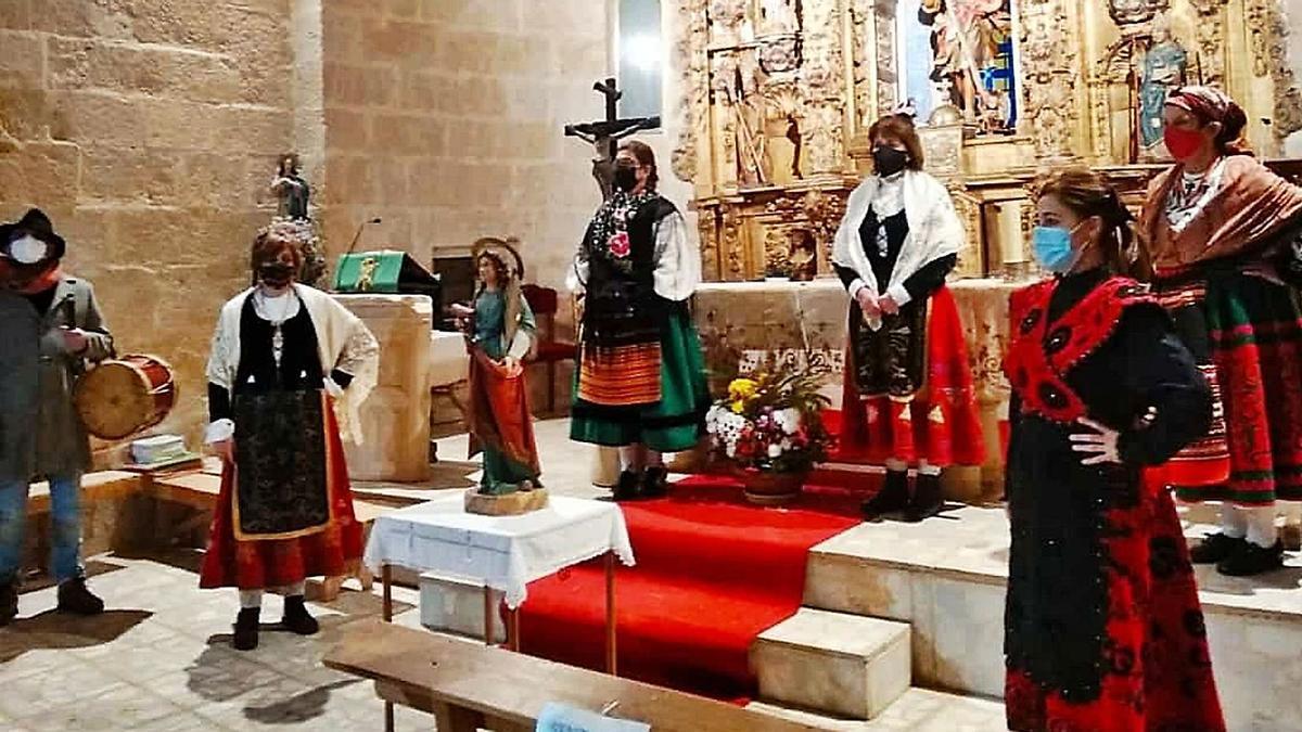 Las águedas de Fuentespreadas honran a Santa Águeda con sus trajes tradicionales.
