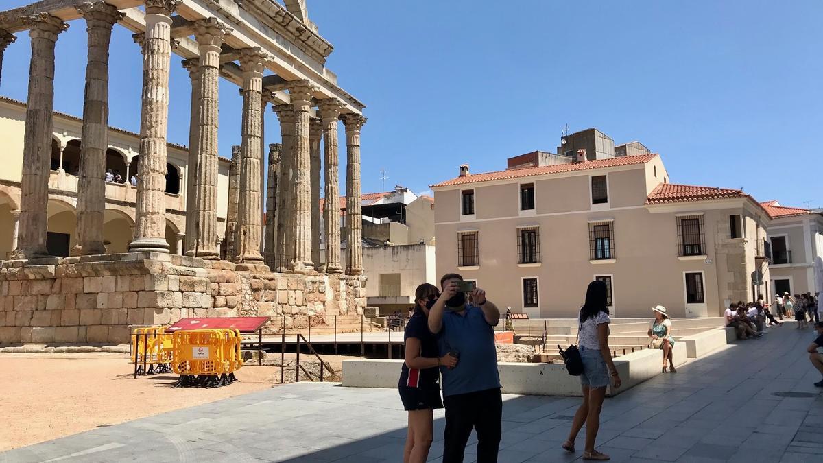 Turistas en el entorno del templo de Diana, uno de los monumentos más visitados de la ciudad.