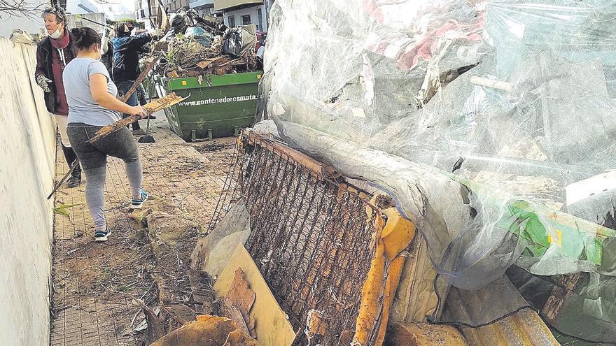Voluntarias de Xàbia desmantelan un vertedero
