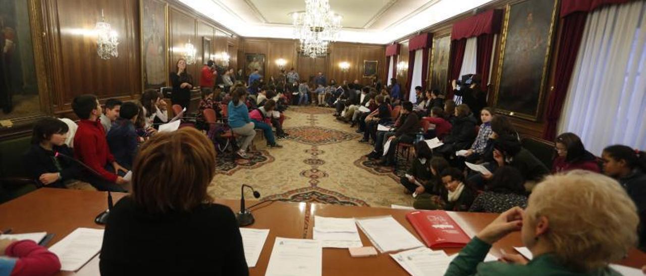 Una pasada reunión del Consejo de Infancia y Adolescencia, en el salón de recepciones del ayuntamiento.   M. V.