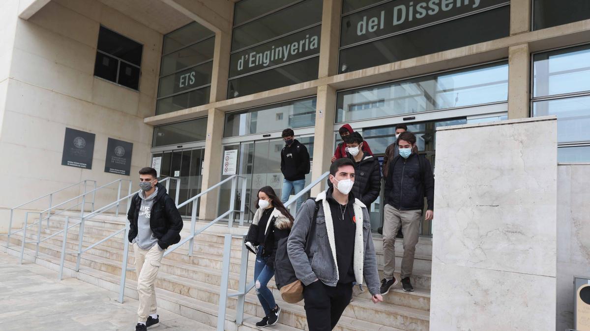 Un grupo de estudiantes sale de la ETS de Ingeniería del Diseño de la UPV