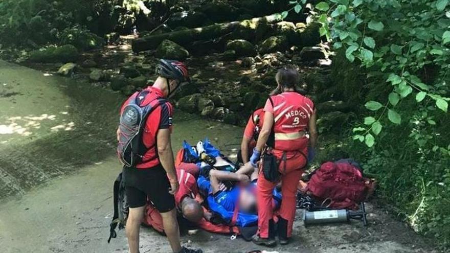 Socorren en helicóptero a un senderista que se rompió un brazo en una caída en el Canal de la Ría, en Cabrales