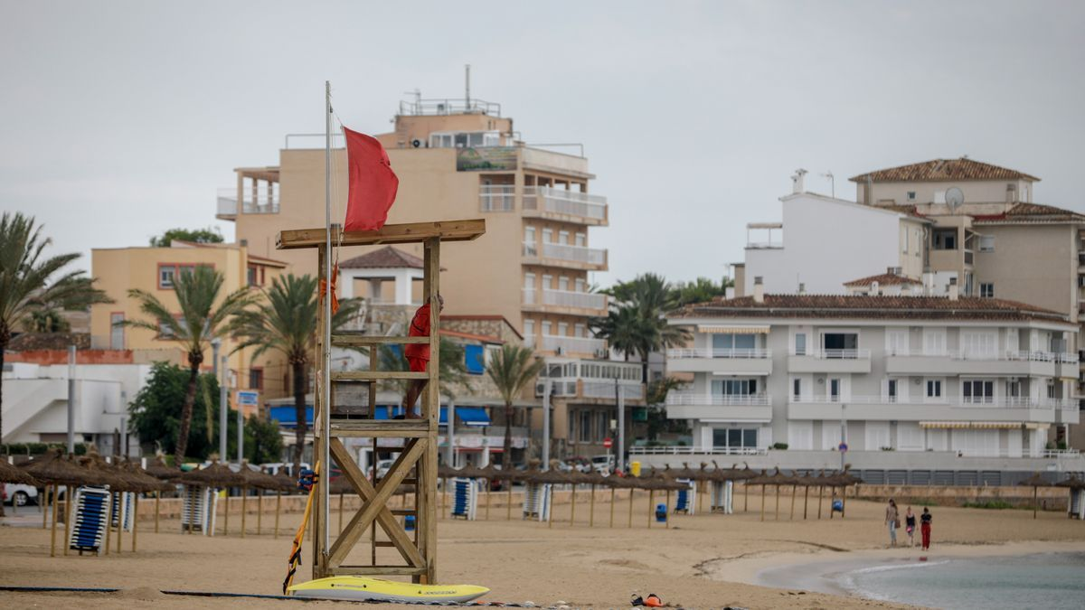 Bandera roja en Ciutat Jardí.