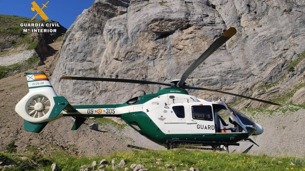 El helicóptero de la Benemérita que ha localizado el cuerpo del jóven