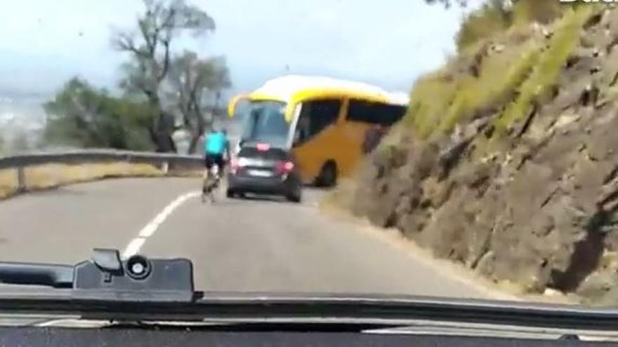 Un ciclista fa una acció temerària que podria haver posat fi a la seva vida