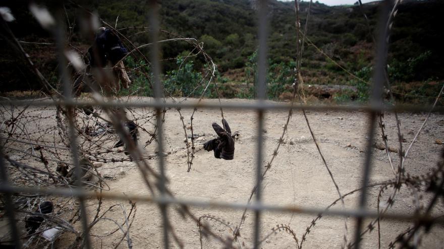 Dos migrantes logran saltar la valla de Ceuta y uno resulta herido