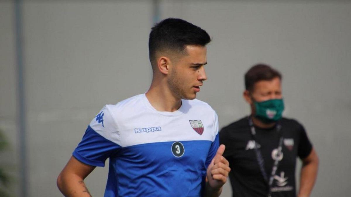 Manu Mosquera y su padre, de fondo, entrenando con el Extremadura cuando el equipo almendralejense estaba en Segunda.