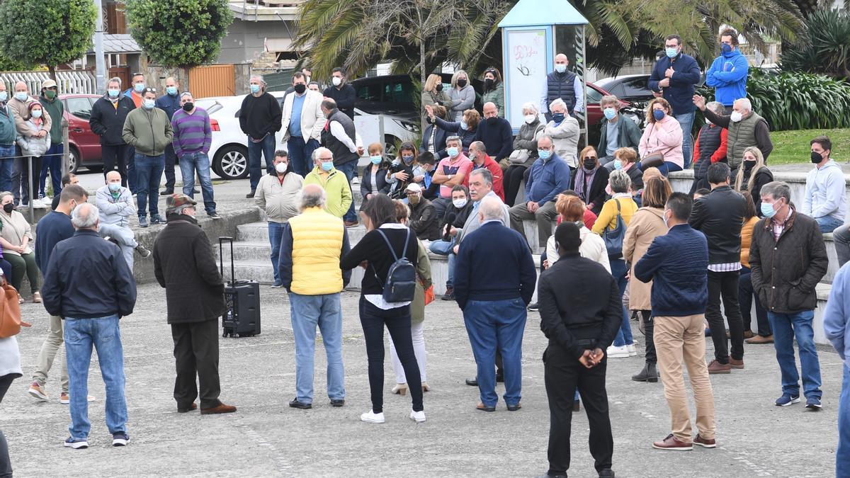 Parte de los asistentes a la protesta del sector hostelero, esta tarde en la plaza Afundida de Santa Cristina