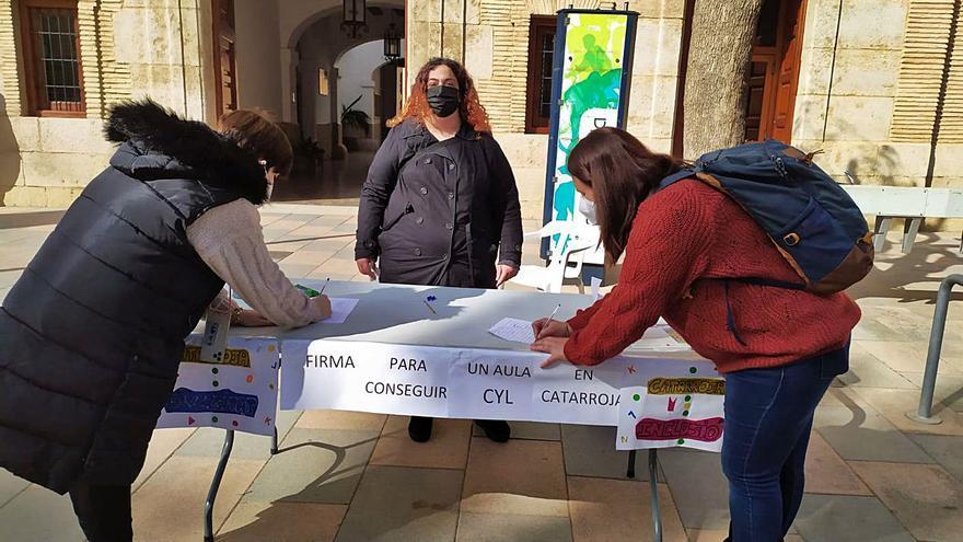 Una madre recoge firmas para un aula CyL en Catarroja