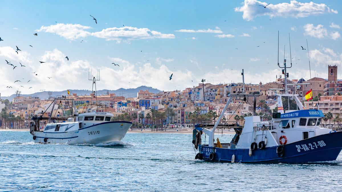 Dos pesqueros  arriban al puerto  de La Vila Joiosa.