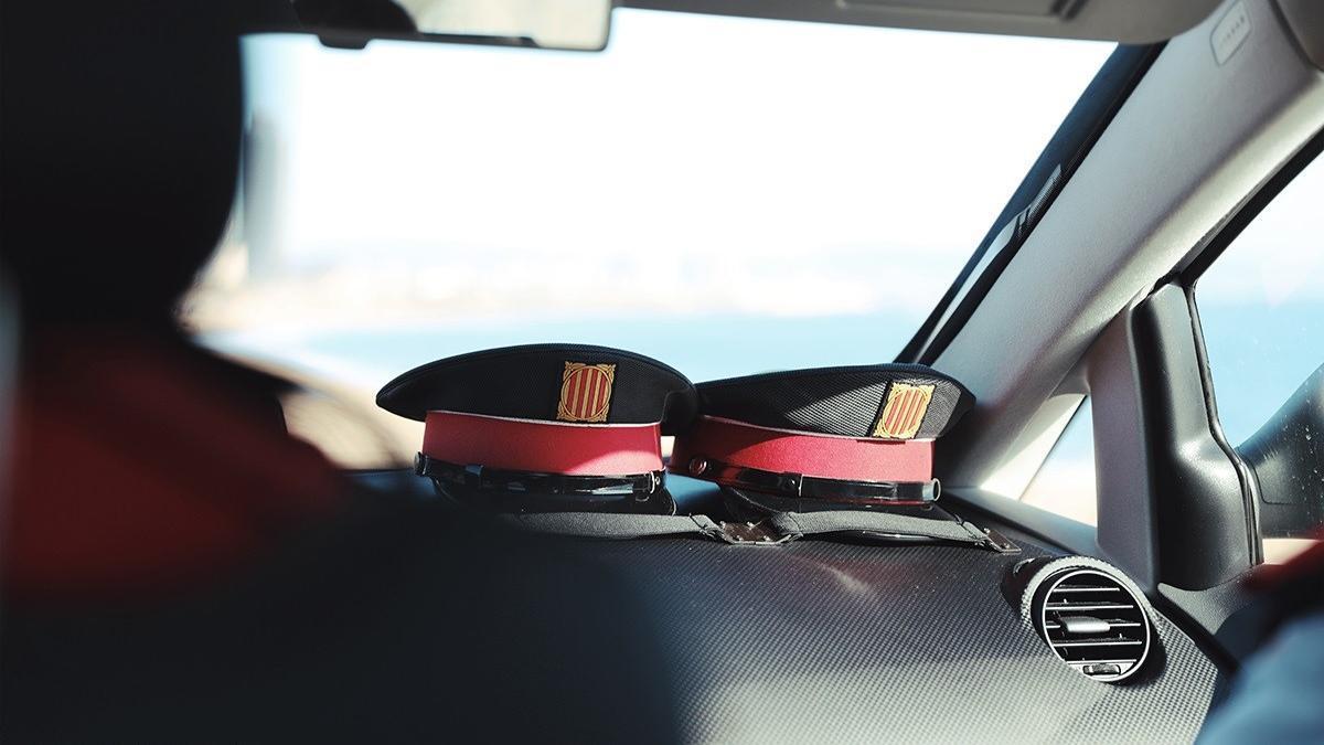 Dos gorras en un vehículo de Mossos d'Esquadra.