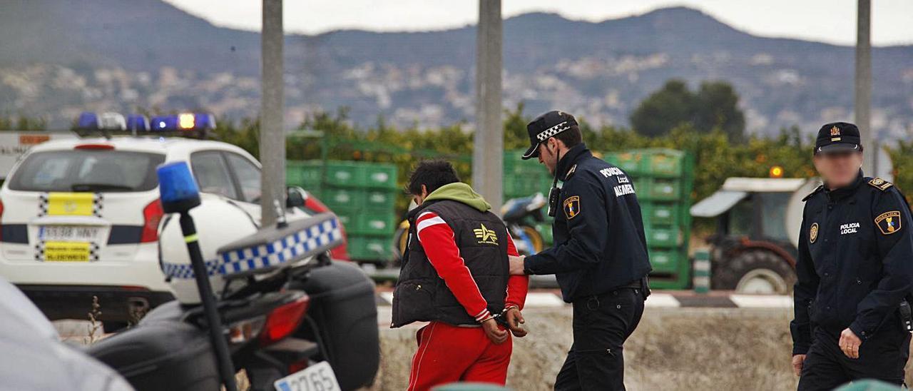 Agentes de la Policía Local de Algemesí practican una detención, en una imagen de archivo.   VICENT M. PASTOR
