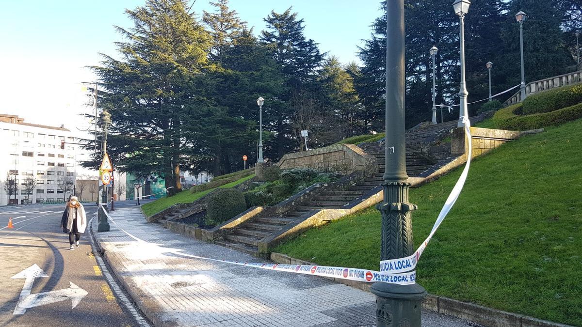 Las escaleras de O Castro, precintadas por el hielo