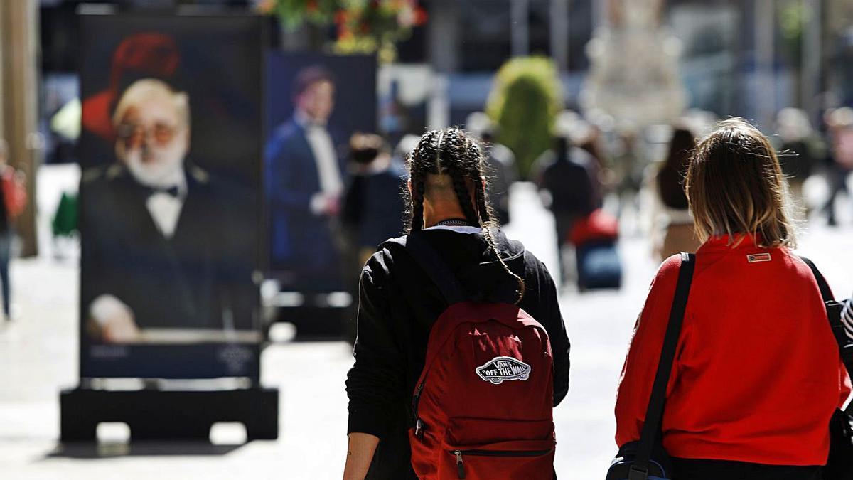 Jóvenes paseando por la calle Larios