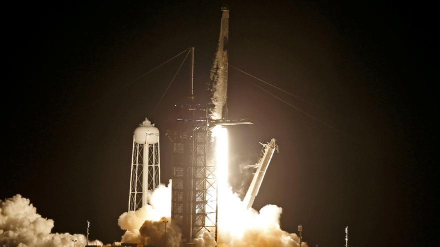 La misión civil de SpaceX regresa con éxito a la Tierra