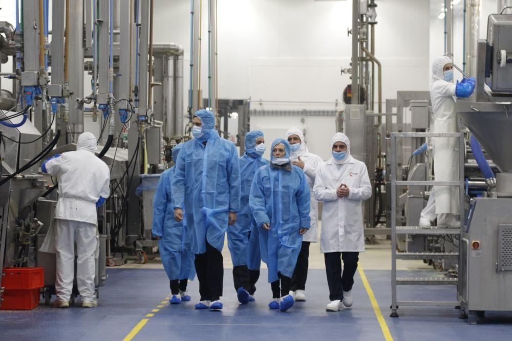 Milagros Marcos visita la fábrica de Freigel.