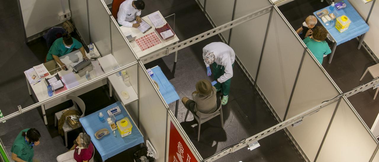 Vacunación masiva realizada en el recinto de Ciudad de la Luz, en Alicante.