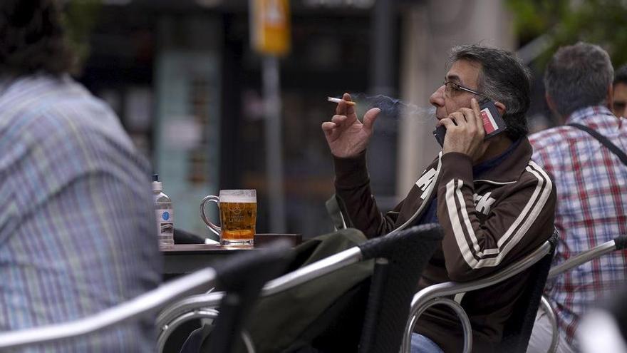 Sanitat proposa prohibir fumar a les terrasses tot i que hi hagi dos metres de distància