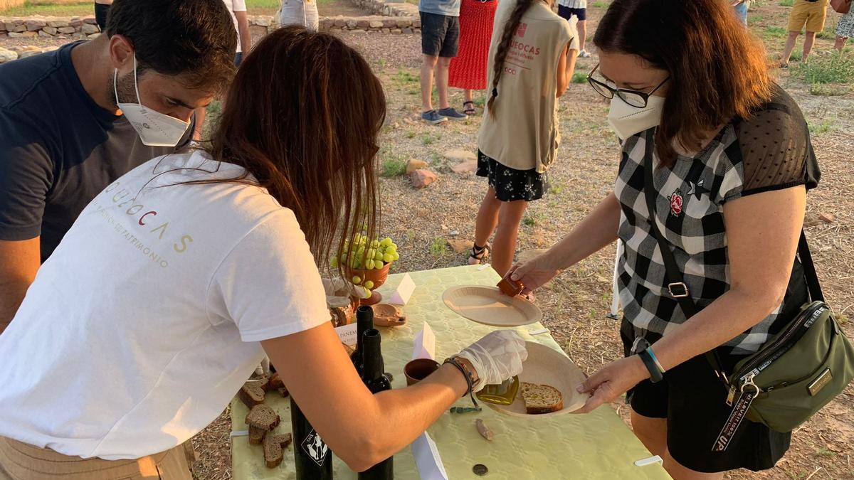 Vecinos de Nules y alrededores realizando un taller de gustación de productos romanos en el yacimiento de Benicató.