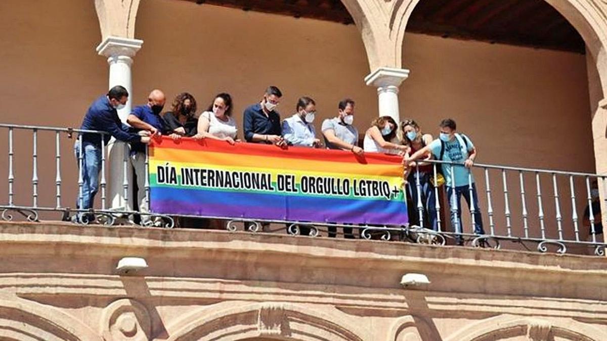 La bandera arcoíris ondea en el Consistorio.