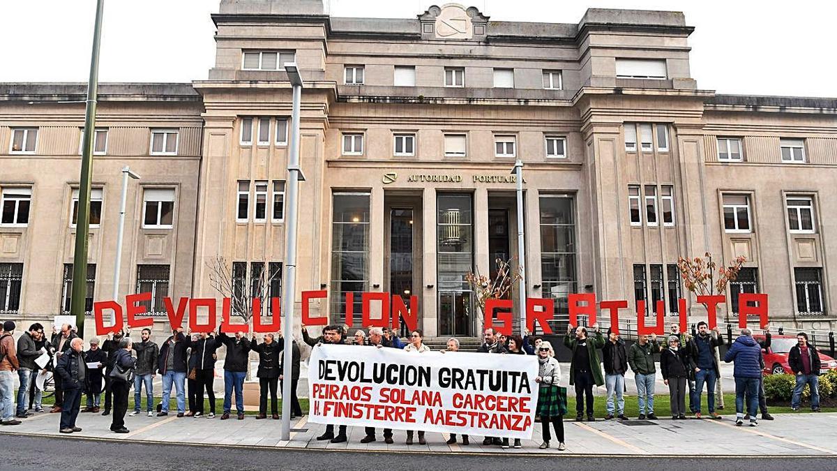 Protesta de Defensa do Común en 2016 para exigir la devolución de terrenos públicos.     // CARLOS PARDELLAS