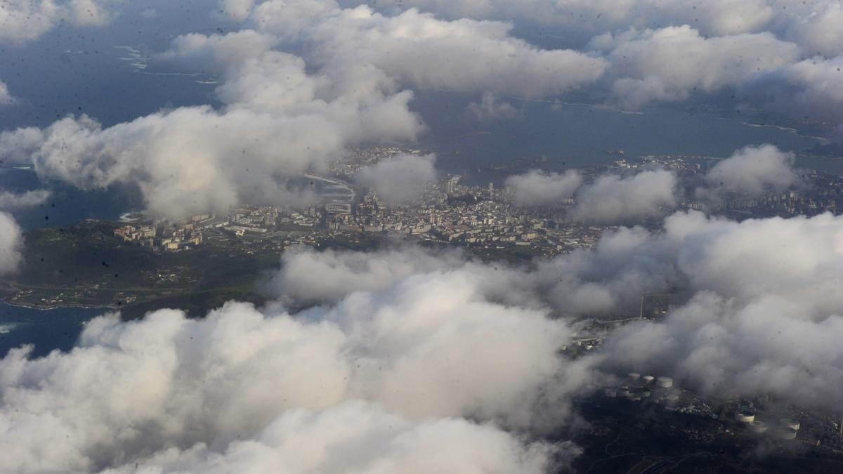 Vista aérea de A Coruña entre las nubes.