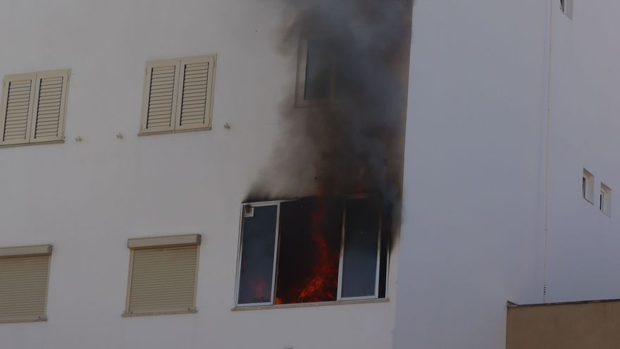 Los Bombers tienen que intervenir dos veces en un incendio en un piso de Palma