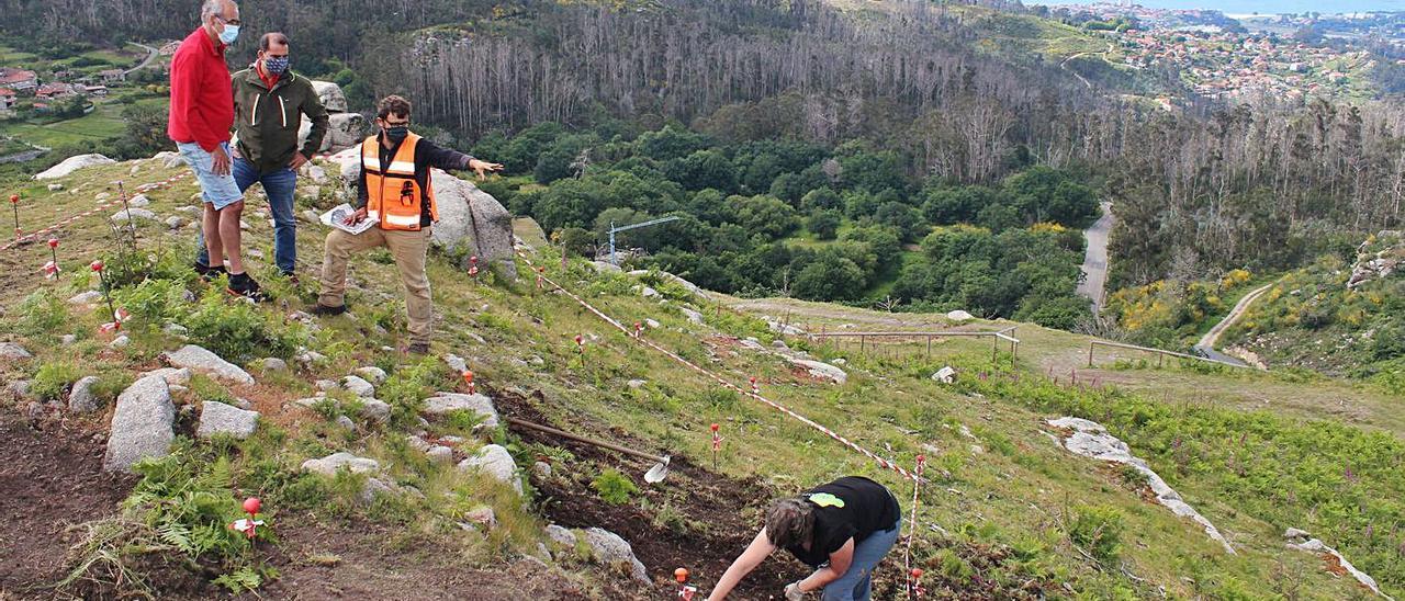 Alcalde y presidente de la comunidad de montes de Chandebrito visitan la excavación. |