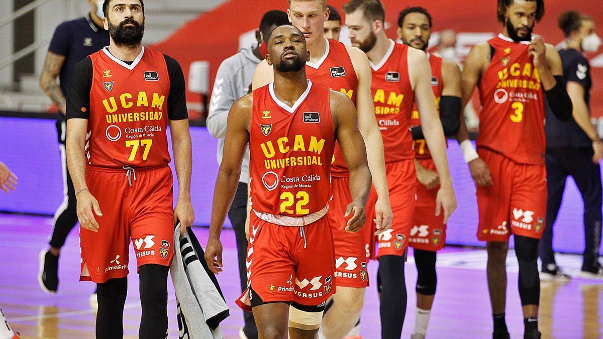 El base Isaiah Taylor lamentándose ayer por la derrota del UCAM Murcia al término del encuentro.