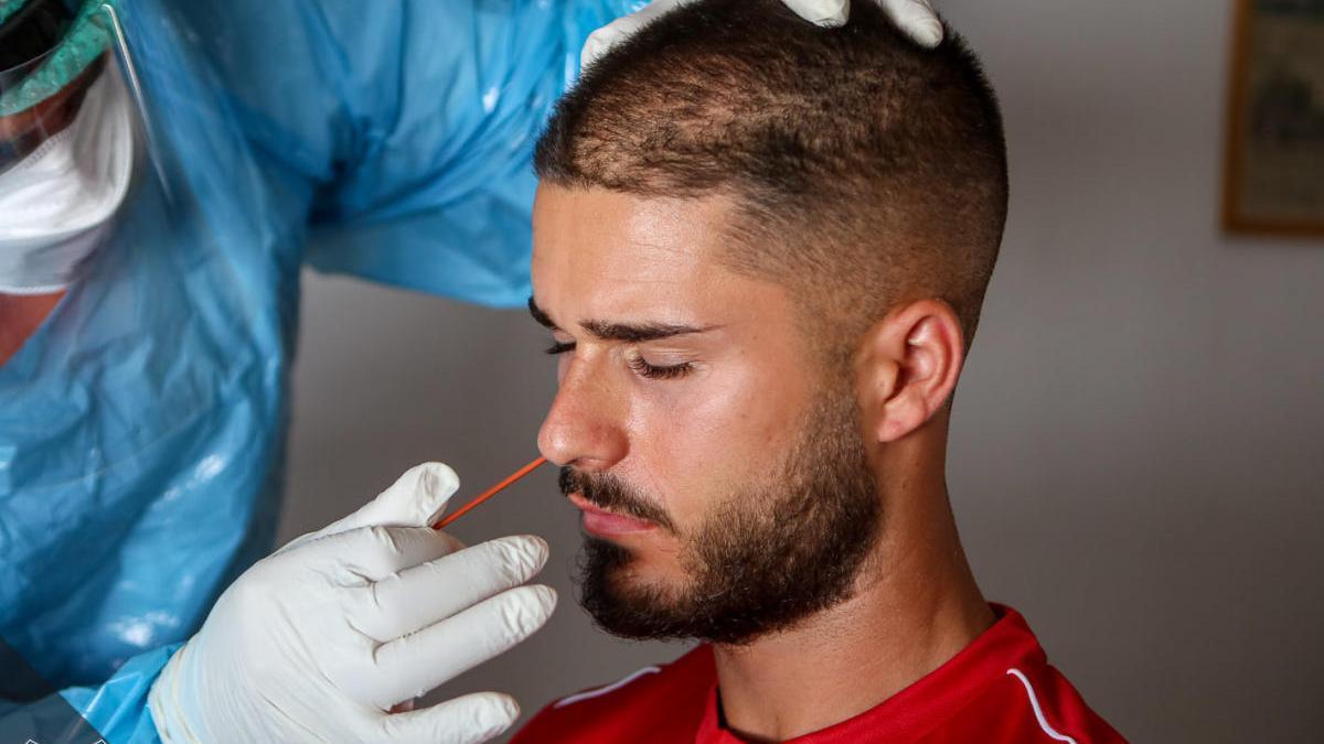 Uno de los jugadores del Formentera durante las pruebas médicas