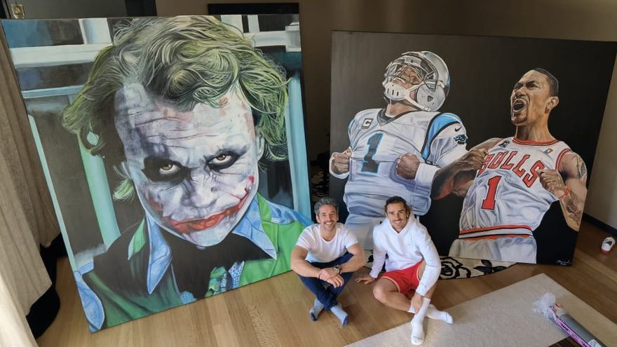 Antoine Griezmann agradece a René Mäkelä las dos pinturas que ha creado para él
