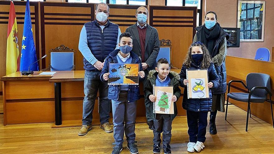 En primer término, Yago González, Yenel Alonso y Yanire Ruiz con sus dibujos, acompañados del alcalde, José Manuel Chamoso y María Alonso, en el acto de entrega de los premios.