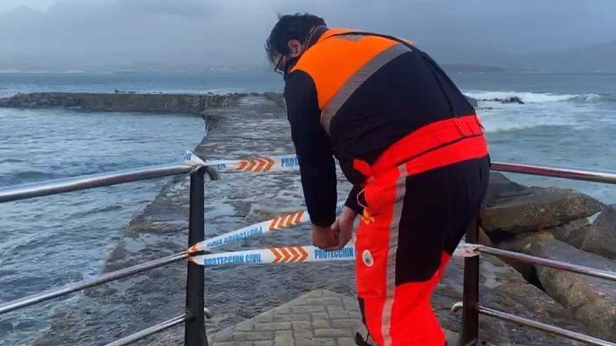 Protección Civil de Cangas cierra accesos peligrosos al mar debido al temporal
