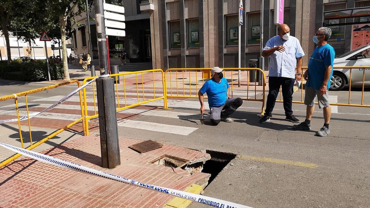 Técnicos municipales y del Ayuntamiento estudian una solución para reparar el socavón que ha dejado al descubierto la acequia del barranquet.