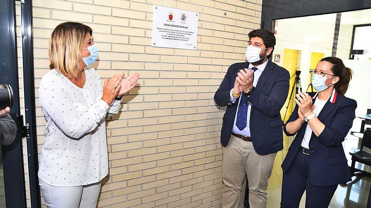 Las ediles del Ayuntamiento, el presidente de la Región y vecinos durante el acto de inauguración del nuevo consultorio en Santa Ana.