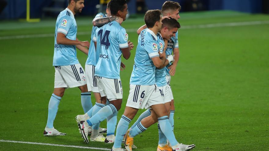 Denis Suárez y Fontán felicitan a Carreira tras el gol del empate