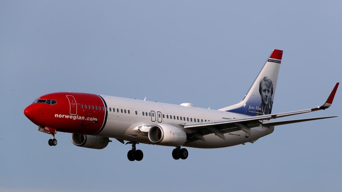 FILE PHOTO: Norwegian Air Sweden Boeing 737-800 plane SE-RRJ approaches Riga International Airport in Riga