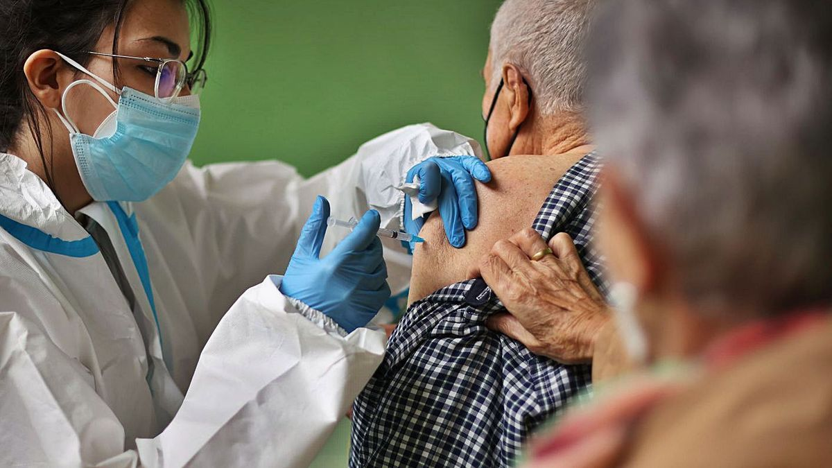 Un hombre recibe su vacuna en Ciudad Rodrigo (Salamanca). | Ical