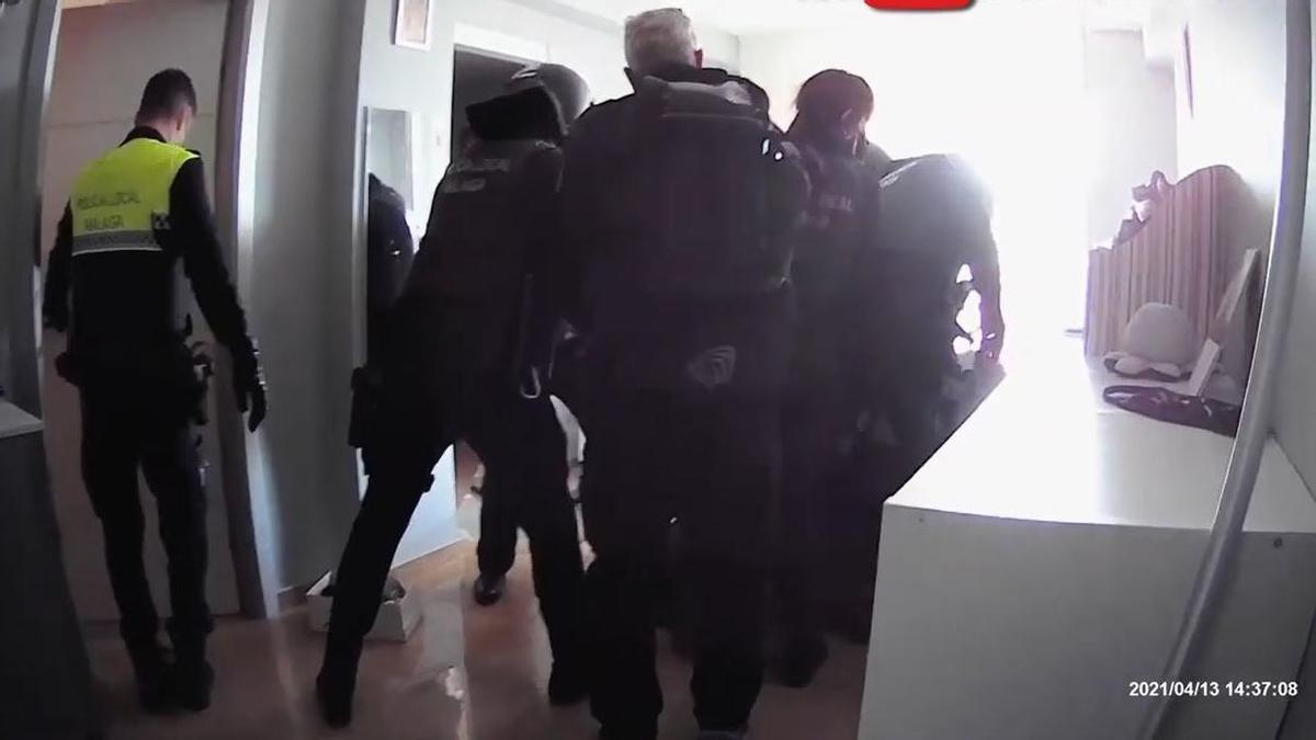 Detenido en Málaga por golpear en la cabeza y agredir con un cuchillo a su pareja, que logró escapar.