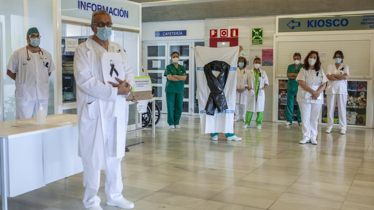 Sanitarios guardan un minuto de silencio en el Virgen de la Concha.