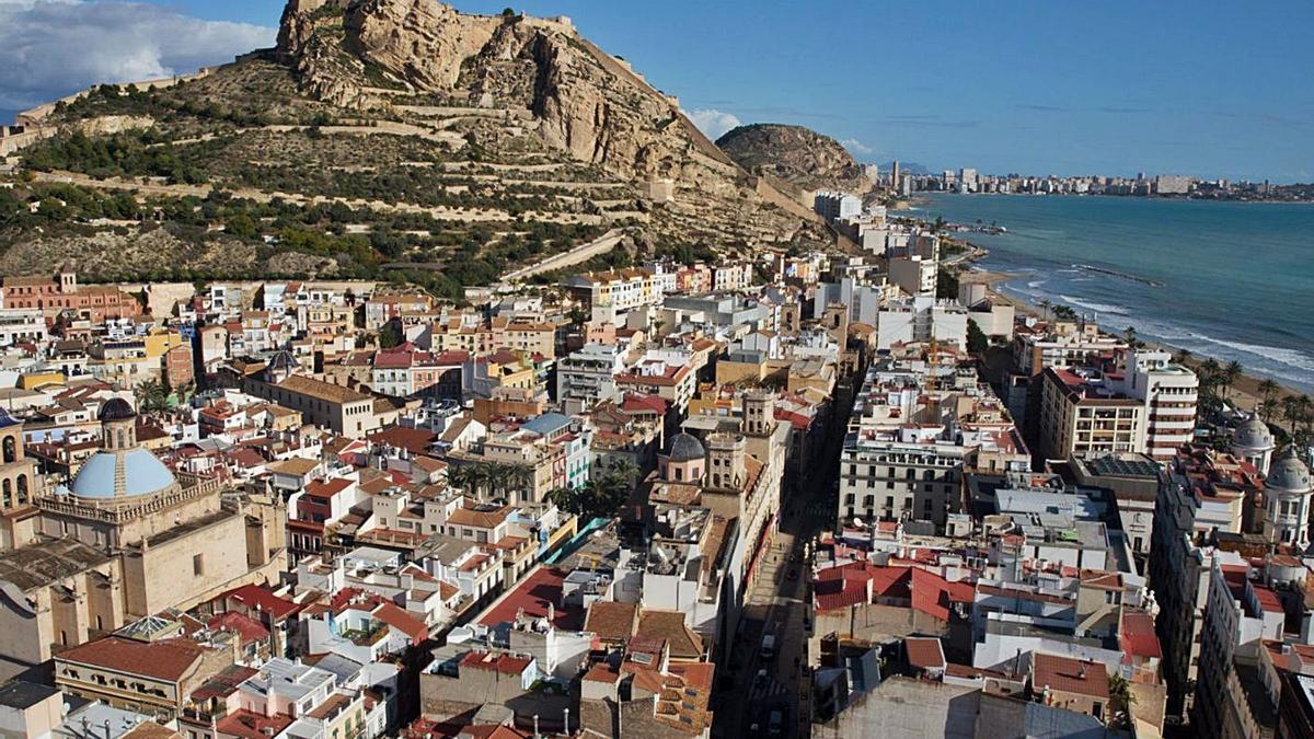 Vista general de la ciudad de Alicante, en la que el covid ha agravado el acceso a la vivienda.   RAFA ARJONES