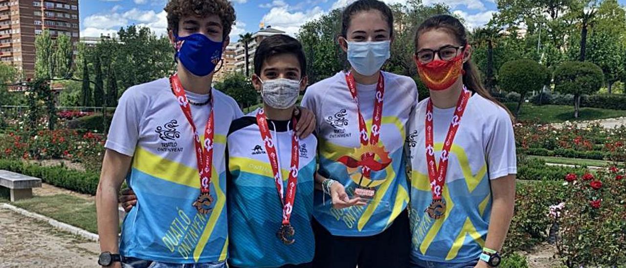 Los atletas del Triatló Ontinyent con el bronce. | CLUB TRIATLÓ ONTINYENT