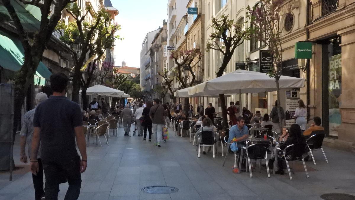 Terrazas llenas en una céntrica calle de Ourense.
