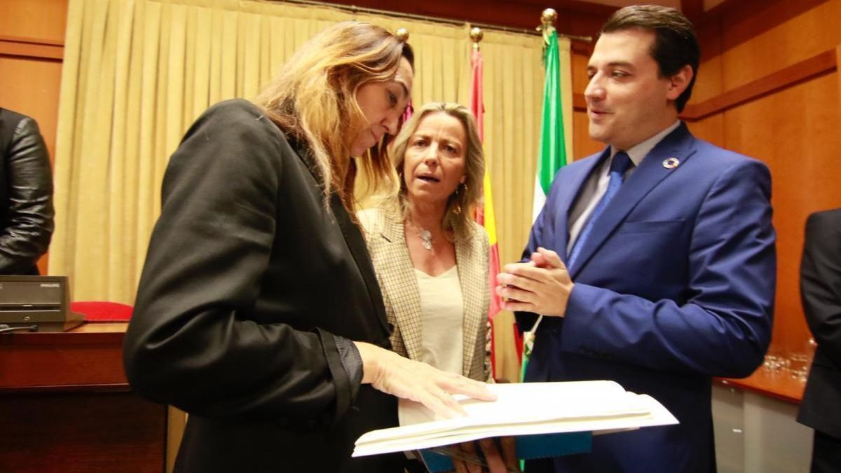 Imagen de archivo de Paula Badanelli, Isabel Albás y José María Bellido, durante un pleno.