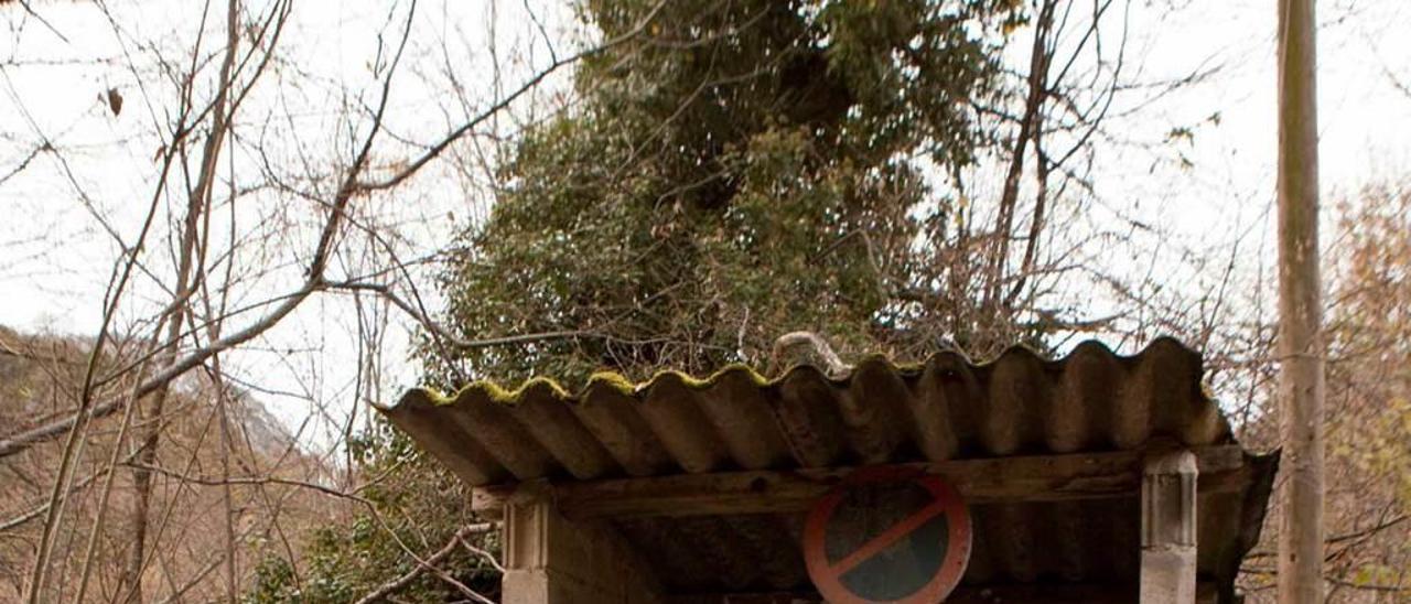 """Ablanéu. Las cercanías del pueblo contaban con prados que usaban los bañistas. Hoy ya no existen. Hay también una caseta que se utilizaba para llamar a la """"barca taxi"""" (en la imagen)."""